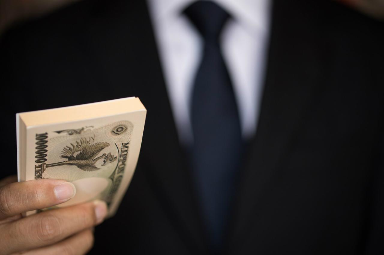 お金を持つ男性の写真